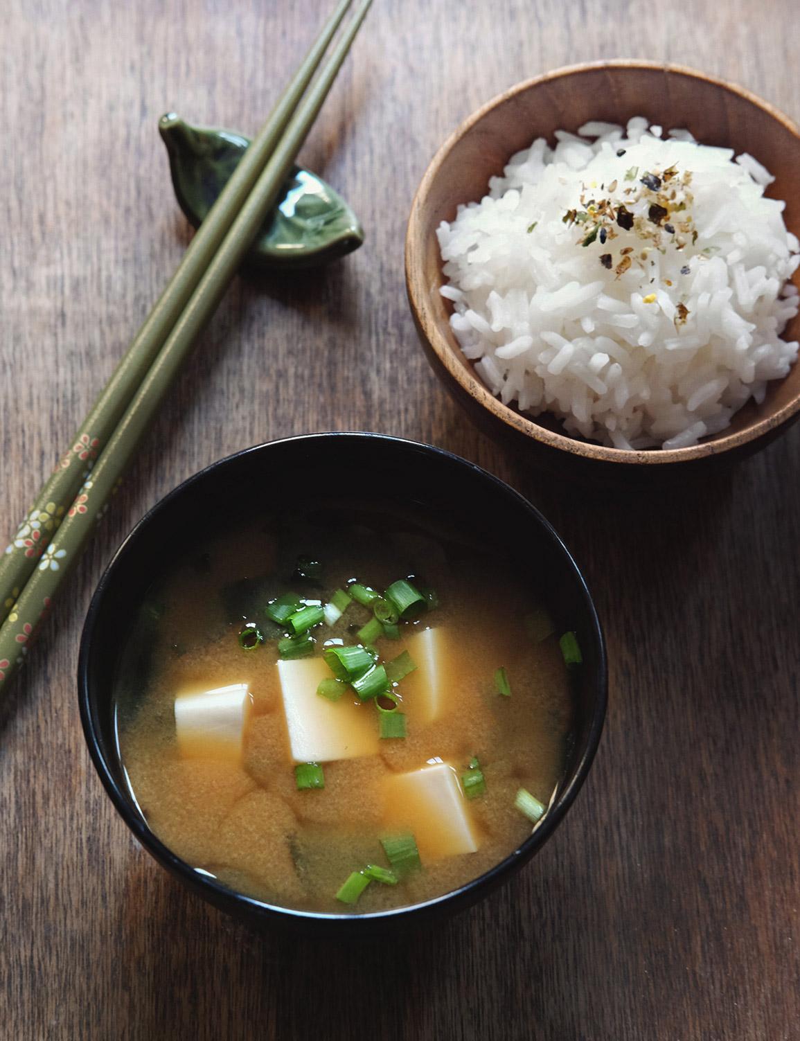 מרק מיסו ואורז יפני עם פוריקקה