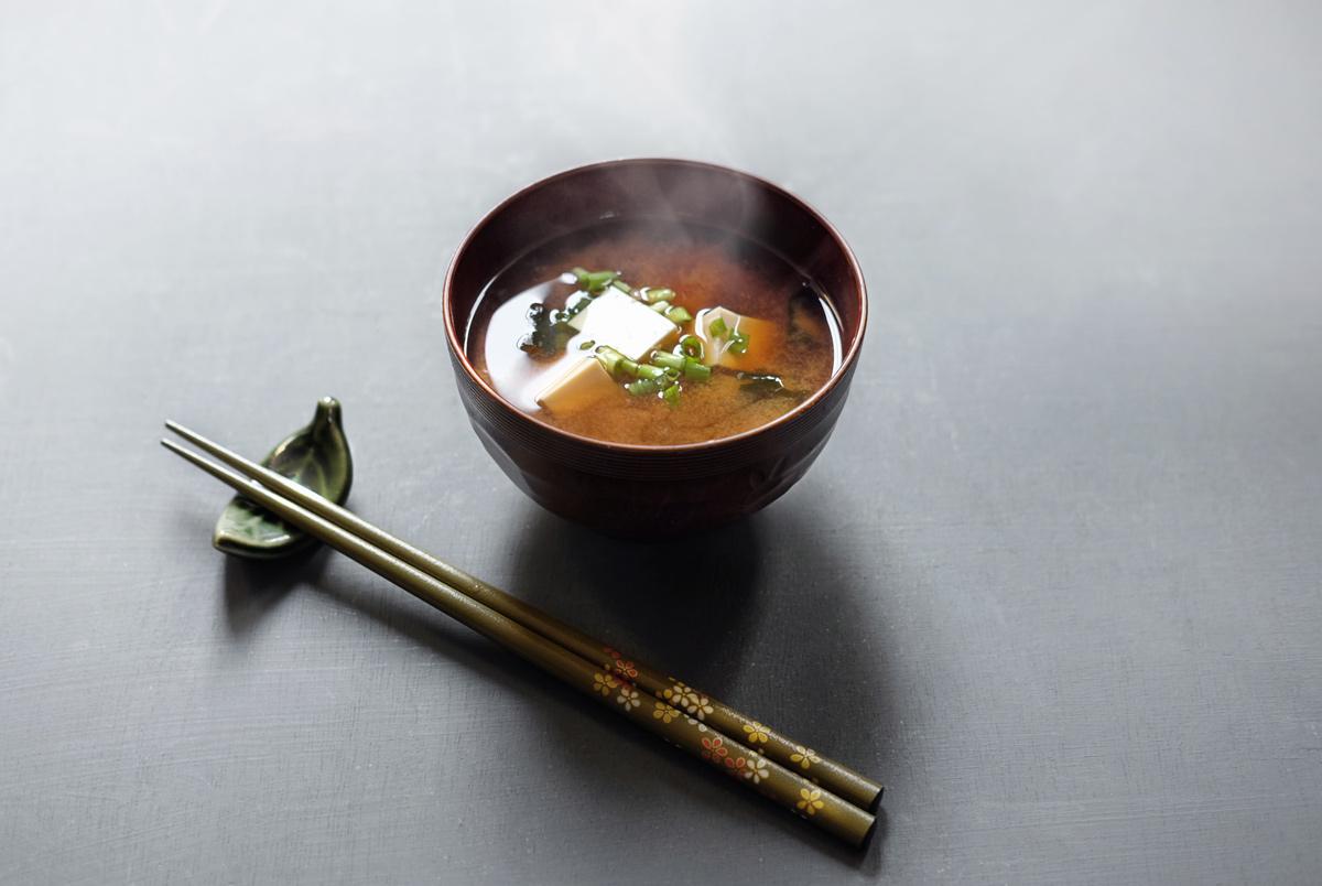 מרק מיסו בקערה יפנית