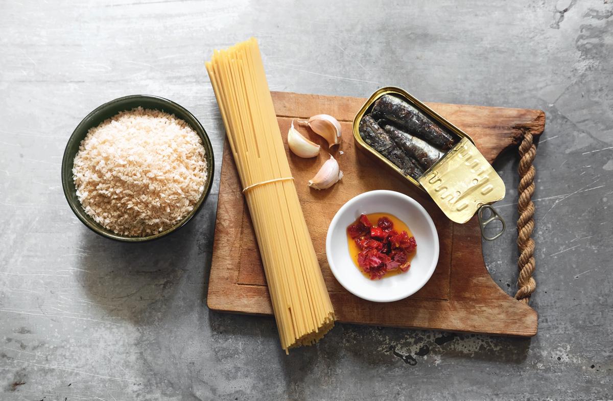 רכיבים - סרדינים, עגבניות מיובשות, שום, פנקו ופסטה
